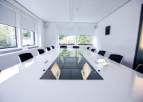 Quarta Compact vergadertafel met verzonken schermen
