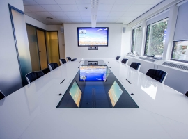 Quarta compact meeting table with built-in screens